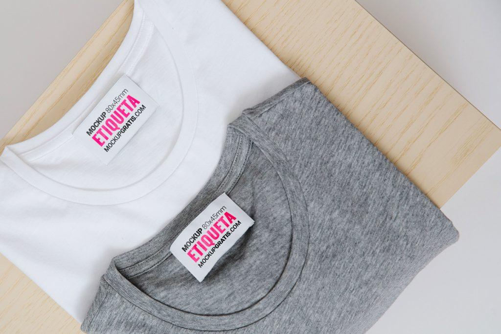 Mockup de dos etiquetas de camiseta en formato PSD