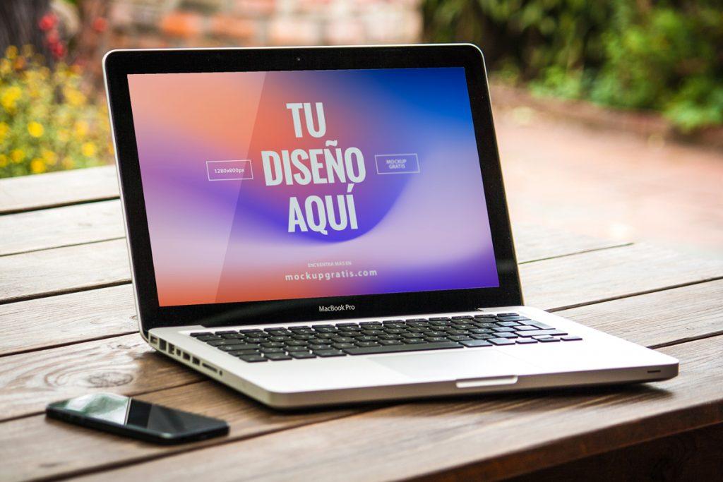Mockup de un MacBook Pro de 13 pulgadas en formato PSD
