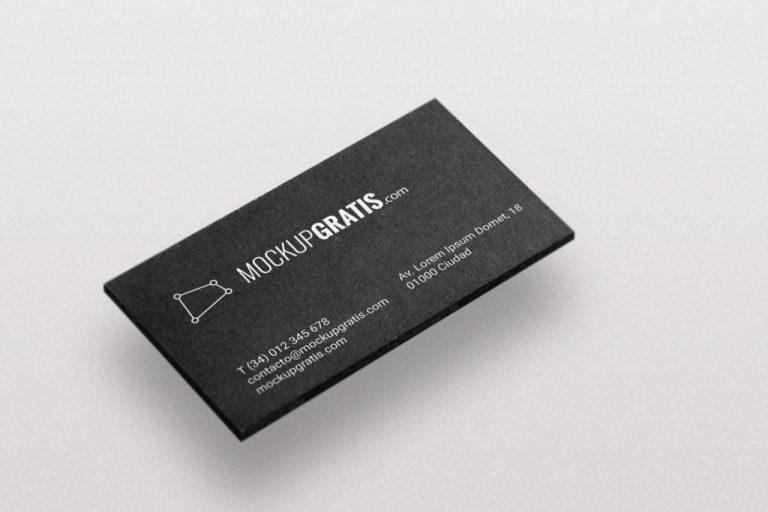 Mockup gratis de una tarjeta de visita elegante de color negro