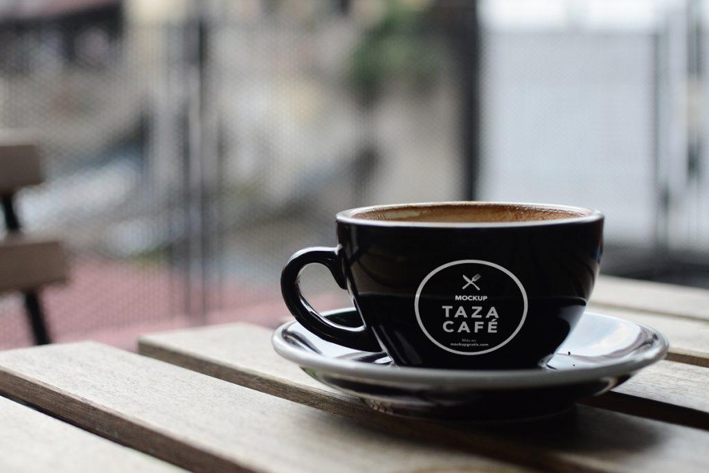 Mockup gratis de una taza de café de un restaurante