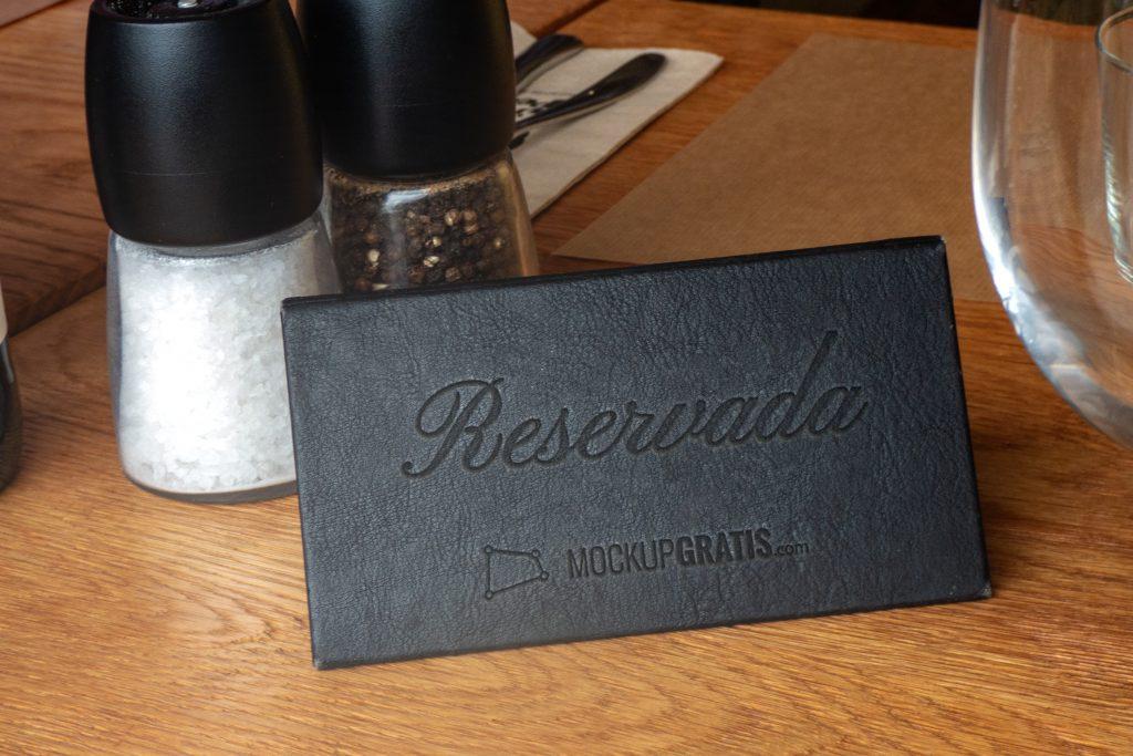 Mockup en PSD con efecto de estampado en cuero, aplicado en un restaurante