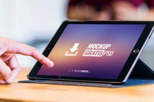 Un mockup gratis en PSD de un iPad Air con su funda soporte