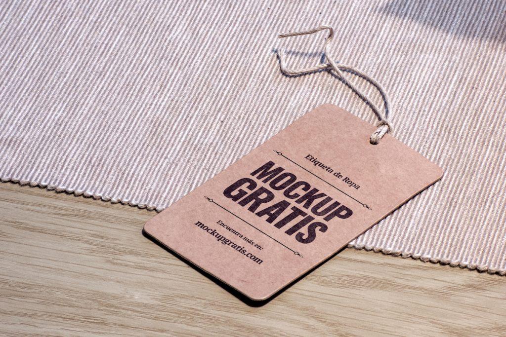 Mockup en PSD de una Etiqueta de cartón para ropa